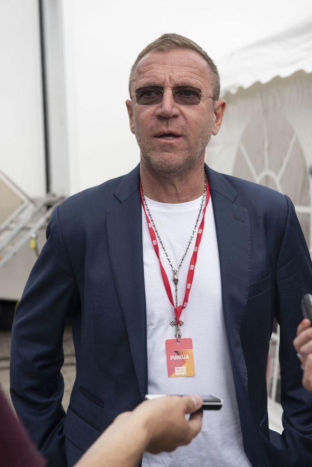 Elokuvaohjaaja Renny Harlin on ohjannut Hollywood-elokuvat Die Hard 2 - vain kuolleen ruumiini yli ja Deep Blue Sea. Nykyisin Harlin tekee elokuvia Kiinassa.