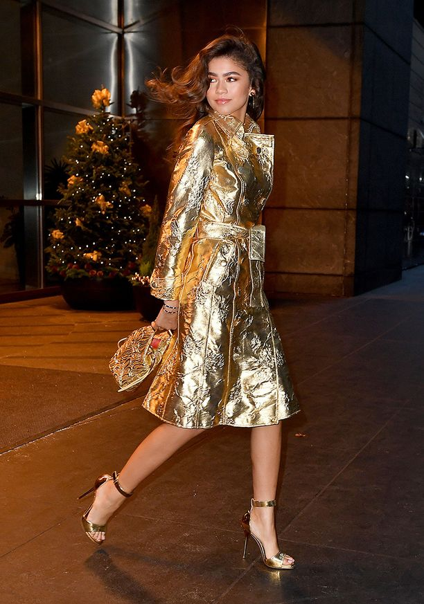 Zendaya viiletti 70-luvun tyylisessä kultaisessa takissa.