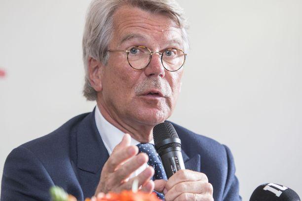 Björn Wahlroos Kymmenen talouden tuhoisinta ajatusta -kirjansa julkistustilaisuudessa 2015.