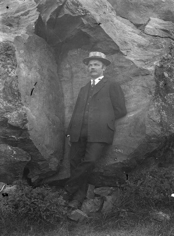 Oskari Laurinmäki syntyi 1878 ja kuoli 1967.