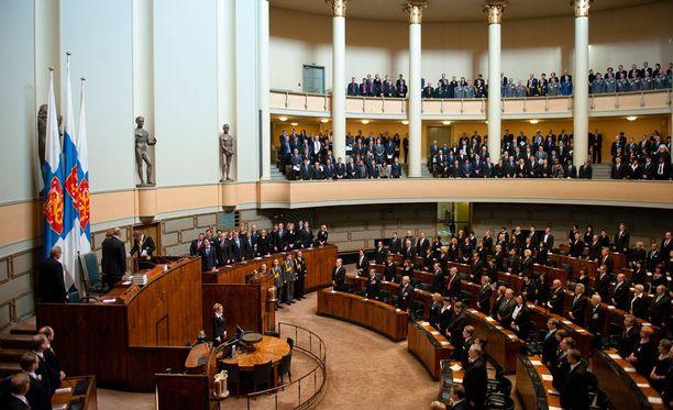 Eduskunnassa on 200 kansanedustajaa.