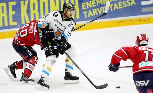 Tyler Redenbach pelasi Suomessa muun muassa Pelicanin paidassa.