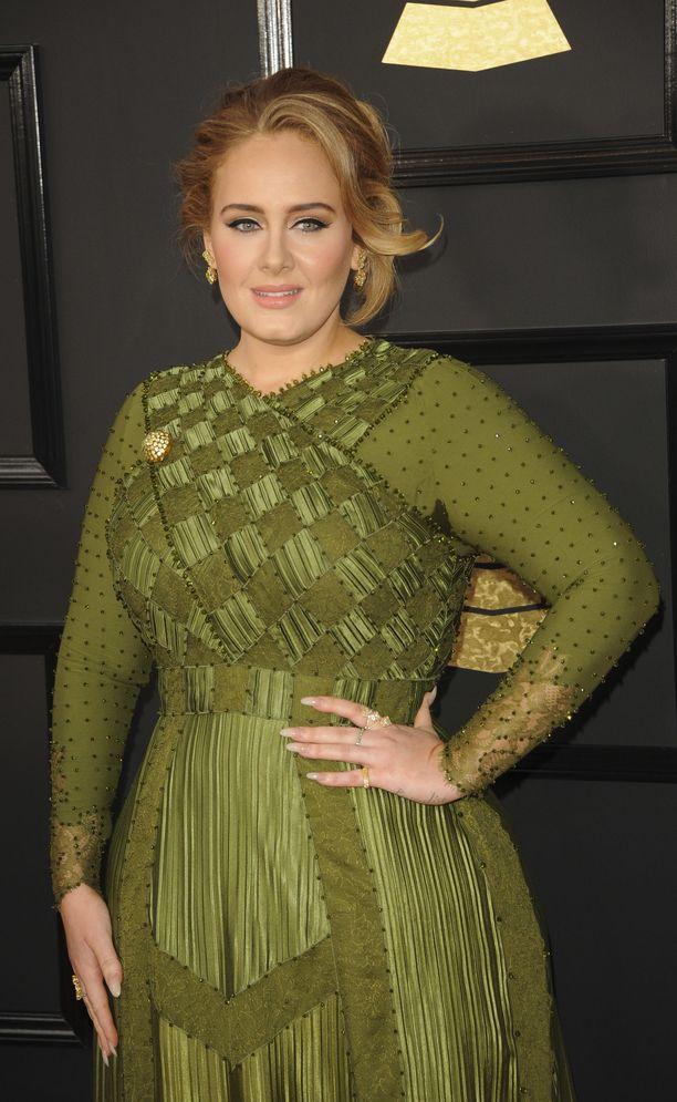 Adele erosi keväällä ja on keskittynyt nyt kuntoiluun ja äitiyteen.