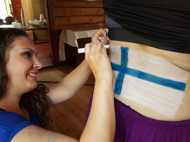Padasjokelainen Mirjami Vainio maalasi Suomen lipun sisarensa Hannimari Savolan selkään ja Ruotsin lipun vatsaan.