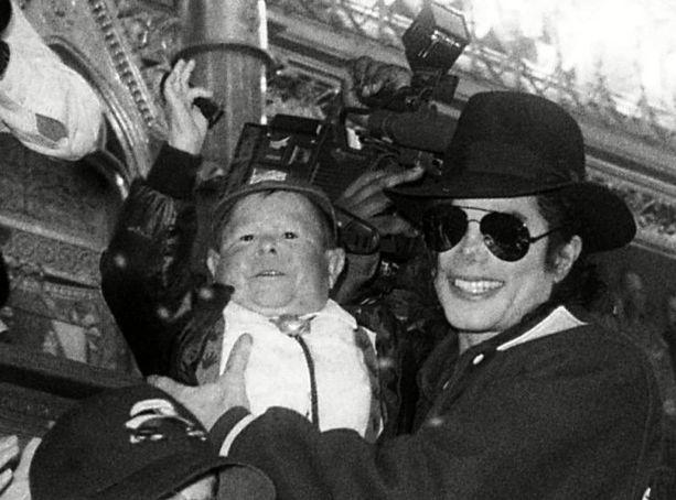 """Supertähti Michael Jacksonin kanssa """"maailman pienin mies"""" muun muassa vieraili Budapestissä ja esiintyi Pepsi-mainoksessa."""