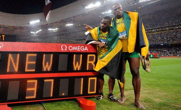 Nesta Carter juoksi Pekingin ME-juoksussa avausosuuden, Usain Bolt kolmannen. Jamaika on sittemmin kohennellut ME:tä kahdesti. Carter ja Bolt ovat olleet tuolloinkin joukkueessa.