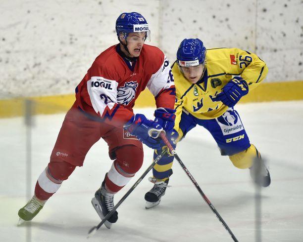 Jonatan Berggren (oikealla) potkaisi tshekkipelaajaa jalkoväliin.