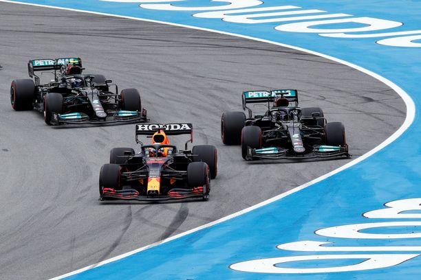 Max Verstappen pyyhälsi kisan kärkeen, mutta Lewis Hamilton ei antanut tämän säikäyttää.