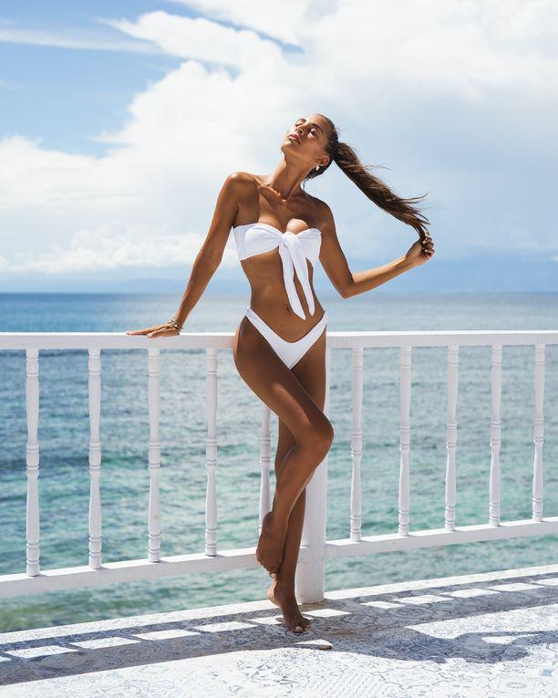 Paljastava leikkaus tekee bikinihousuista imartelevat, ja korkea jalantie taikoo lyhyemmistäkin kintuista säihkysääret.