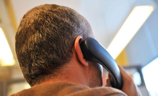 Toimittajan kuulemassa esimerkkipuhelussa puhelinmyyjä huijasi vanhan rouvan ostamaan D-vitamiinia kestotilauksena mainitsematta toimitusväliä selkeästi