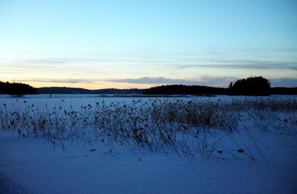 Poliisi varoittaa, että lauhan talven vuoksi järvien jää on ohutta. Kuvituskuva.