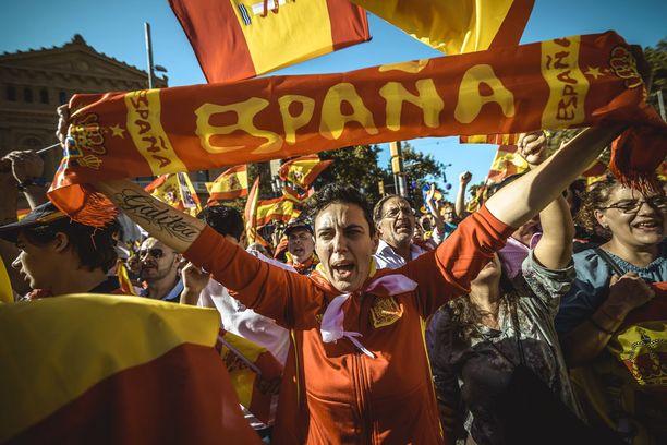 Katalonian itsenäistymistä vastustava mielenosoittaja huusi iskulauseita Barcelonassa sunnuntaina.