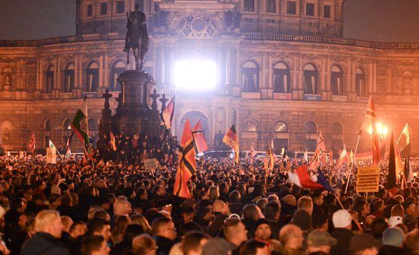 Saksan Dresdenissä Pegidan kannattajat ovat osoittaneet mieltään pakolaisia vastaan.