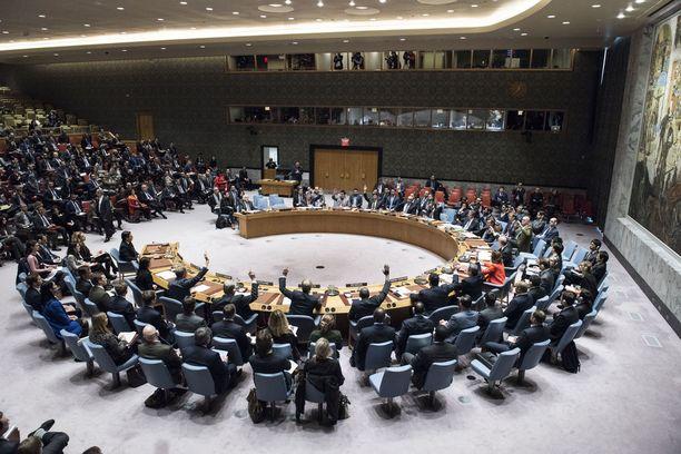 Turvallisuusneuvosto tarvitsee yhdeksän ääntä 15:stä, jotta päätöslauselma menee läpi. Lisäksi vaaditaan ettei yksikään viidestä pysyvästä jäsenestä (USA, Venäjä, Kiina, Britannia, Ranska) käytä veto-oikeuttaan.
