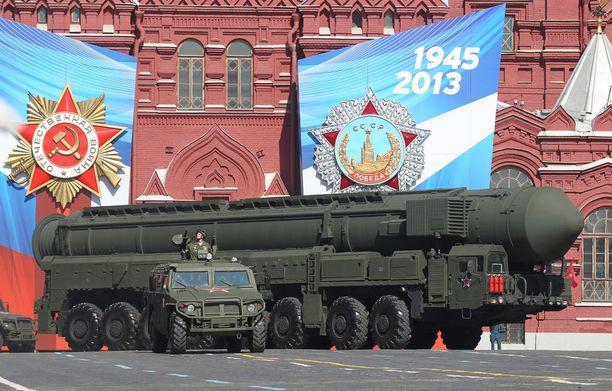Strategista Topol-M-ydinohjusta esiteltiin voitonpäivän paraatissa Moskovan Punaisella torilla vuonna 2013.