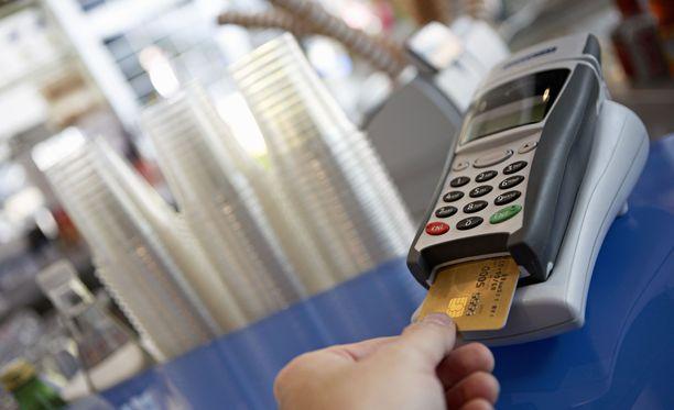 Asiakkaalta on kysyttävä erilaisia tämän taustoihin liittyviä kysymyksiä esimerkiksi pankissa pankkikorttia hankittaessa.
