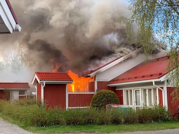 Varsankadun rivitalo syttyi tuleen lauantai-iltana.