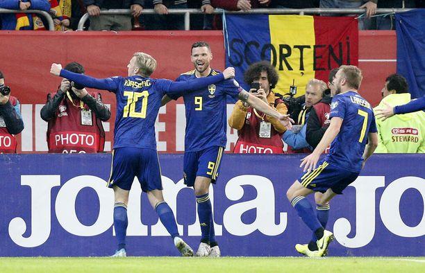 Marcus Berg (kesk.) juhli Ruotsin avausmaalia.