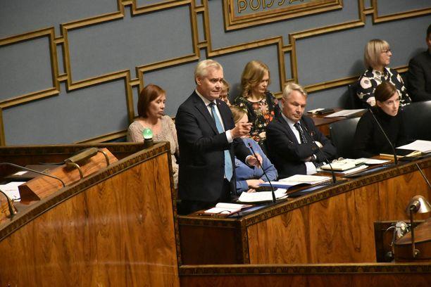 Pääministeri Antti Rinne haluaa viiden tonnin Toyotoista kaasukäyttöisiä.