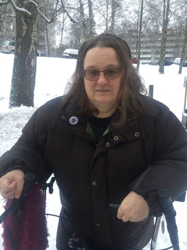 Anna-Maija Tikkanen, 55, sairastaa allergioita, astmaa, kakkostyypin diabetesta sekä keuhkoahtaumatautia. Kela maksaa hänelle kuitenkin vain osa-aikaista työkyvyttömyyseläkettä. Teini-ikäisen lapsen yksinhuoltajalla on käyttörahaa n. 600 euroa kuukaudessa.