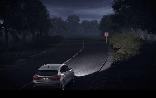 Ajovaloautomatiikka estää häikäisyn. Vaihtaa lyhyet päälle automaattisesti.