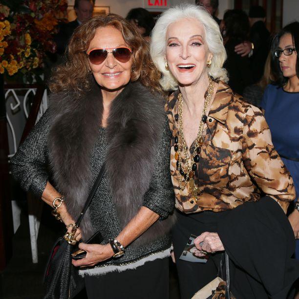 Muotisuunnittelija Diane Von Furstenberg, 69, ja huippumalli Carmen Dell'Orefice, 84, pitävät kiinni pitkistä kutreistaan.