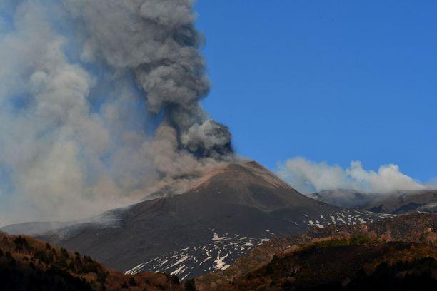 Etna sijaitsee Sisilian itärannikolla lähellä Messinaa ja Cataniaa.