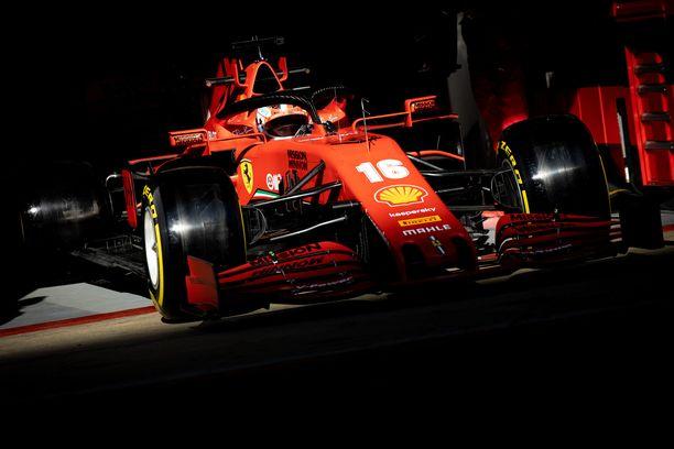 Mekaanikot väistyivät Charles Leclercin tieltä Ferrari-kuskin kurvatessa takaisin radalle.