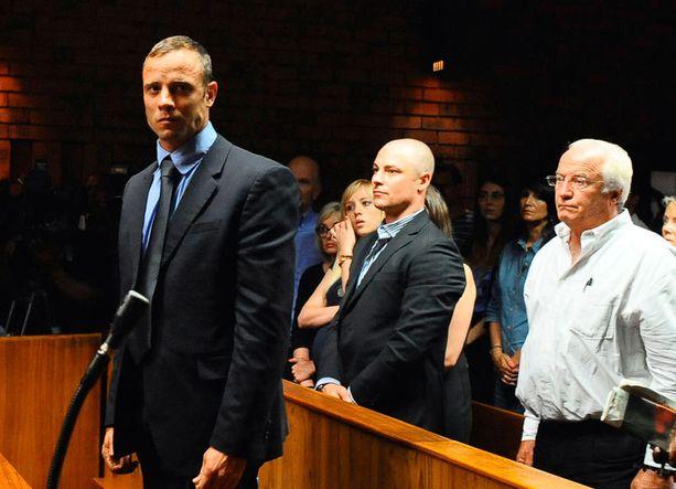 Pistorius on esiintynyt oikeudessa murtuneena.