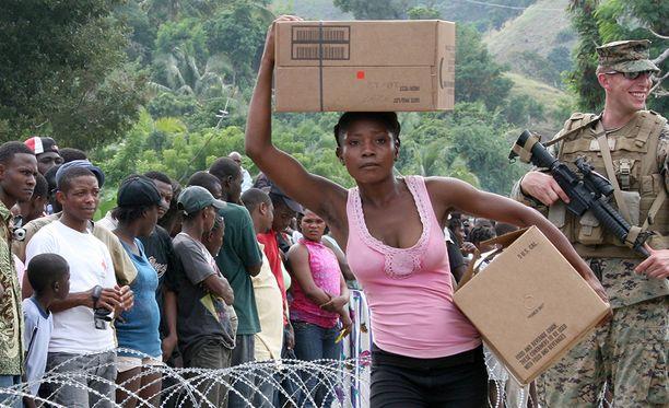 Avustustarvikkeita jaetaan Haitissa maanjäristyksen jälkeen vuonna 2010.