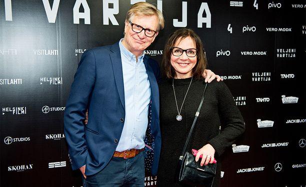 Lena Meriläinen näytteli elokuvassa Cheekin psykiatria. -Osasin määrätä oikeat lääkkeet, hän nauroi. Vierellä aviomies Olli Tola.