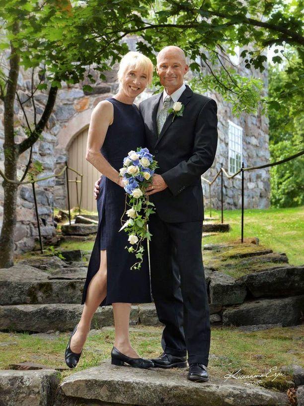 Hääparin onnea viime lauantailta, kun Annemari Sandell ja Mika Kiakara menivät naimisiin Kalantin kirkossa. Häämatka tehtiin kylpylään Nokian Eedeniin lasten kanssa.