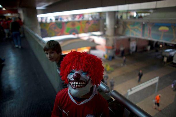 Chileläinen jalkapallofani käytti pelottavaa klovninaamiota matkalla Itaqueraon stadionille.