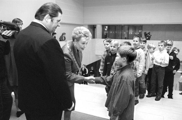 """NÄIN 1997 Ylipormestari Eeva-Riitta Siitonen ja Matti """"Fredi"""" Siitonen aloittivat koululaisten omien juhlien perinteen. Juhlaan kuuluu toki myös kättelyosuus."""