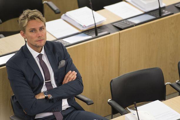 Muun muassa Antero Vartian allekirjoittamassa puoluekokousaloitteessa mainitaan, että Ruotsi luopui valtion kustantamasta lomituspalvelusta kokonaan jo vuonna 1999.