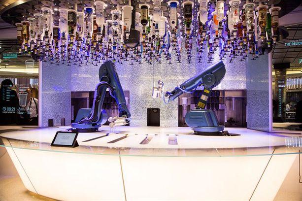 Tässä baarissa voi tilata paukun robottibaarimikolta.