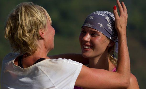 Susanna Ruotsalainen onnitteli Anni Uusivirtaa hikisen finaalin päätteeksi.