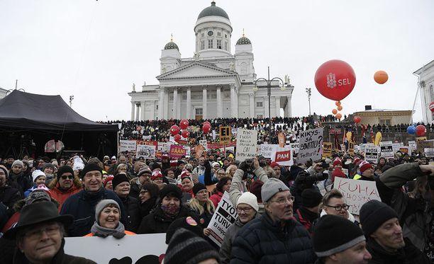 SAK on profiloinut itsensä aktiivimallin äänekkäänä vastustajana. Helmikuussa keskusjärjestö järjesti suuren mielenosoituksen Helsingin Senaatintorilla.