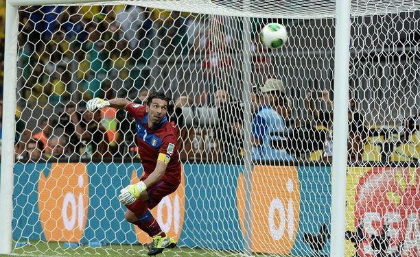 Gianluigi Buffon seurasi Neymarin vapaapotkua vain katseellaan.