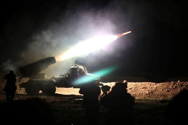 Syyrian armeijan sotilaat ampuivat raketin Isisiä vastaan Raqqaan keskiviikkona.