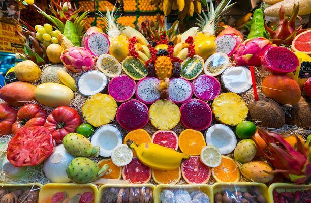 Hedelmiä esillä Veguetan kauppahallissa Las Palmasissa. Houkuttelevan näköisiä, mutta paras nauttia matkan aikana.