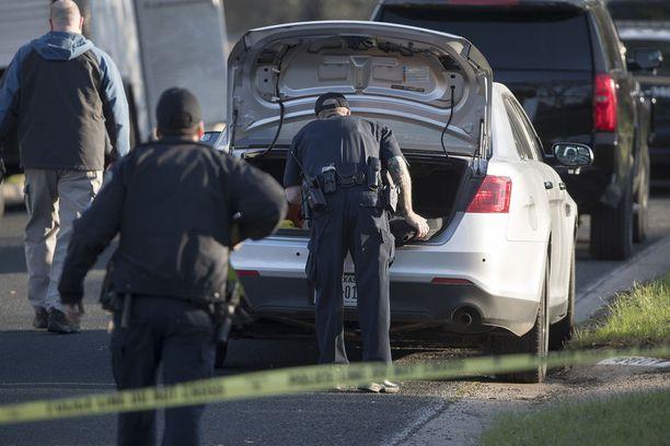 Poliisi tutki paikkaa, jossa 17-vuotias poika kuoli avattuaan pommipaketin maanantaina.