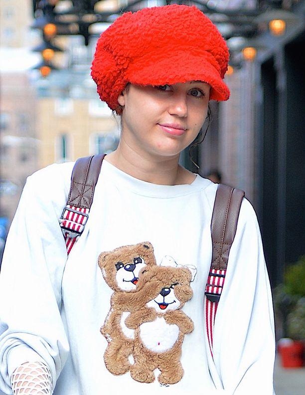 Miley Cyrus oli pukeutunut ostosreissulle vaatteisiin, joissa häntä voisi luulla alakoululaiseksi.
