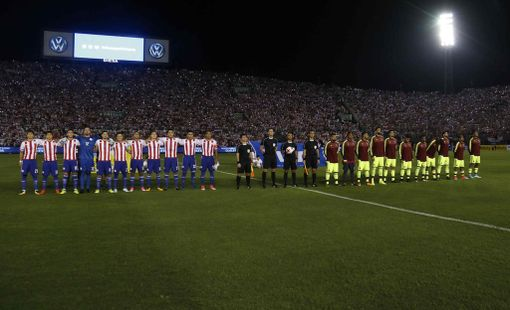 Paraguayn maajoukkue (kuvassa vasemmalla) jäi voiton päähän jalkapallon MM-lopputurnauksesta.