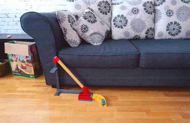 Tuomitun mukaan vauva oli pudonnut kuvan sohvalta lattialle leikkijunaradan päälle.