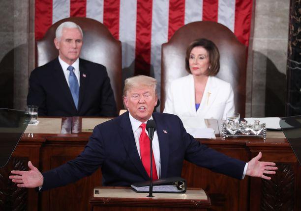 Donald Trumpia vallanperimysjärjestyksessä seuraavat Mike Pence ja Nancy Pelosi istuivat presidentin takana tämän Kansakunnan tila -puheen aikana helmikuussa.