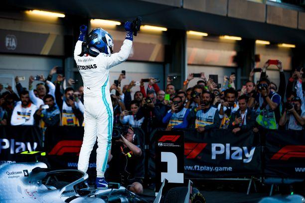 Valtteri Bottas tuuletti voittoa Bakussa.