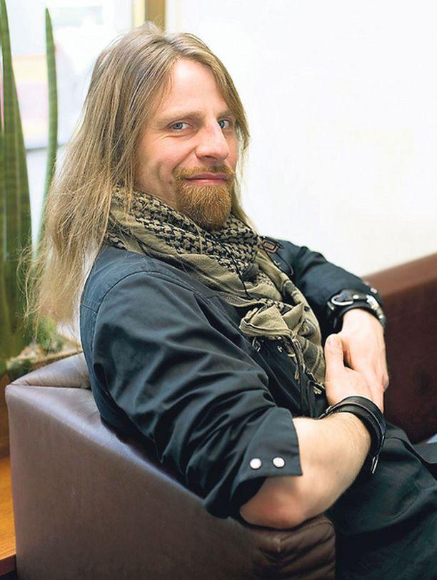 VENYNYT – Kirjan kirjoittaminen on venynyt ja vanunut, kirjailija Jone Nikula myöntää.