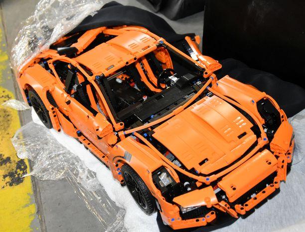 Useista asuntomurroista epäillyn kolmikon autosta löydettiin myös näyttävä Lego-Porsche.