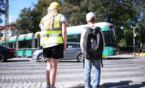 Tehtaankatu on vilkkaasti liikennöity läpiajokatu, minkä vuoksi poliiseja pyydetään usein turvaamaan liikennettä. Kuvituskuva. Kuvan lapset eivät liity tapaukseen.